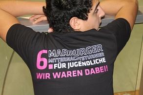 Ein Spieler der das T-Shirt des 6. Marburger Mitternachtsturniers präsentiert