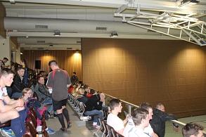 Die Zuschauer auf der Tribüne in der Großsporthalle