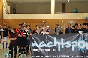 Jugendliche die ein Banner mit dem Nachtsportlogo hochhalten