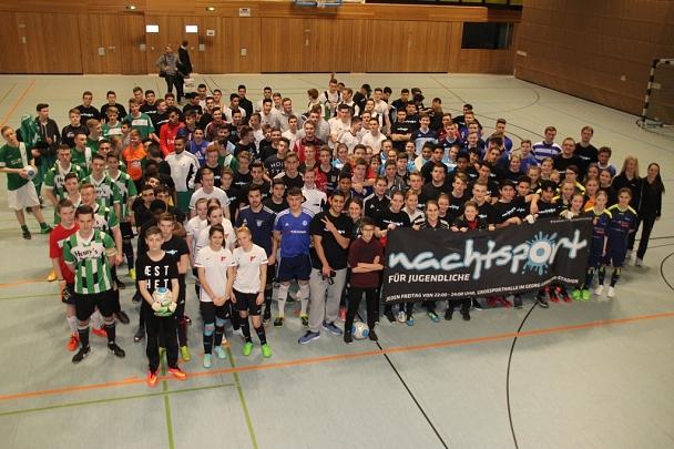 Gruppenfoto aller Teilnehmer des Fußballturniers