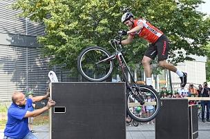 """Anlässlich der Deutschland Tour in Marburg organisierte die Stadt das """"Fest des Radfahrens"""" mit einem Begleitprogramm. Dazu gehörte unter anderem eine Bike-Show_des Trial-Teams """"Trinity"""", das die Zuschauer*innen begeisterte.©Georg Kronenberg"""