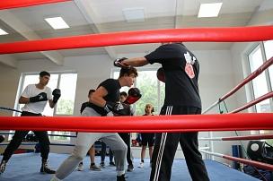 Ronald Leinbach, Trainer im Boxclub Marburg, bereit die Jugendlichen auf ihre Wettkämpfe vor.©Stefanie Ingwersen, Stadt Marburg