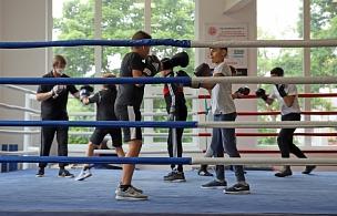 Das Boxprojekt richtet sich an Jugendliche, die vor Ort trainieren und eine neue Form des Miteinanders kennenlernen können.©Stefanie Ingwersen, Stadt Marburg