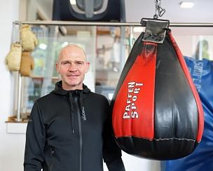 Der neue hauptamtliche Mitarbeiter, Patrick Karger, startet als Trainer im Boxclub Marburg in das Projekt.©Stefanie Ingwersen, Stadt Marburg
