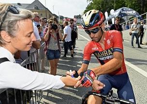 Deutschland Tour zum Anfassen: Radprofis wie Vincenzo Nibali, der unter anderem einen Gesamtsieg bei der Tour de France 2014 erlangte, gaben den Rad-Fans in Marburg Autogramme.©Georg Kronenberg