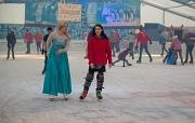 Eine Eiskönigin und eine Eishockey-Trainerin testen Seite an Seite die neue, größere Eisbahn im Georg-Gaßmann-Stadion.