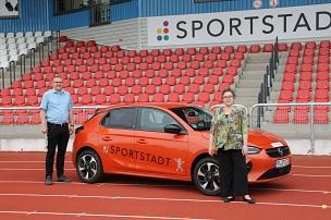 Fachdienstleiter Björn Backes und Stadträtin Kirsten Dinnebier freuen sich über das neue Elektrofahrzeug des Fachdienstes Sport.©Fachdienst Sport, Universitätsstadt Marburg