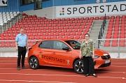 Fachdienstleiter Björn Backes und Stadträtin Kirsten Dinnebier freuen sich über das neue Elektrofahrzeug des Fachdienstes Sport.