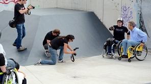 Inklusiv auf neuen Wegen: Oberbürgermeister Dr. Thomas Spies (r.) erfuhr vom  ehemaligen Weltmeister David Lebuser (l.), auf was man mit dem Rolli im Skatepark achten sollte.