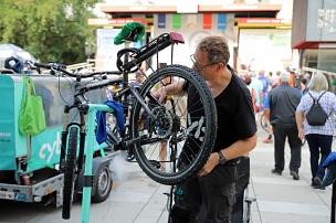 """Kostenlose Reinigung des eigenen Zweirads war beim """"Fest des Radfahrens"""" in der Fahrrad-Waschanlage """"Clean your bike"""" möglich.©Simone Schwalm, Stadt Marburg"""