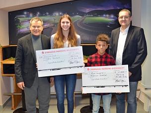 Oberbürgermeister Dr. Thomas Spies (l.) und Fachdienstleiter Sport Björn Backes (r.) gratulierten den Stipendiaten für Spitzensport Marie Reichert (2. v. l.) und Franklyn Dwomoh (3. v. l.).©Stadt Marburg, Philipp Höhn