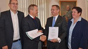 Oberbürgermeister Dr. Thomas Spies (2. v. l.) und der Vorsitzende von Special Olympics Hessen, Clemens Traugott (3. v. l.), unterzeichneten den Kooperationsvertrag für die zweiten Landesspiele in Marburg. Sportamtsleiter Björn Backes (l.) und die Leiterin