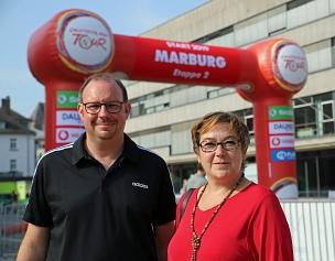 Stadträtin Kirsten Dinnebier gratulierte Mark Losert, der das In-Race-Ticket gewonnen hatte, das die Stadt Marburg in Kooperation mit der Gesellschaft zur Förderung des Radsports, Veranstalterin der Deutschland Tour, verlost hatte.©Simone Schwalm, Stadt Marburg