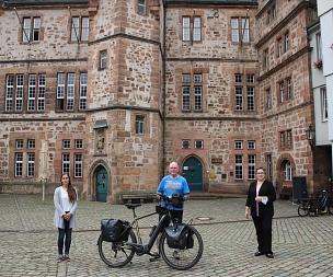 Stadträtin Kirsten Dinnebier (r.) und Jana Kahler vom Fachdienst Sport begrüßten Oliver Trelenberg vor dem Rathaus der Stadt Marburg.©Stefanie Ingwersen, Stadt Marburg