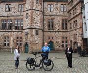 Stadträtin Kirsten Dinnebier (r.) und Jana Kahler vom Fachdienst Sport begrüßten Oliver Trelenberg vor dem Rathaus der Stadt Marburg.