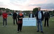 Stadträtin Kirsten Dinnebier übergab den Scheck über 15.000 Euro gemeinsam mit dem Fachdienstleiter Sport, Björn Backes (hinten rechts), Wolfgang Strümpfler, Fachdienst Sport (2.v.l.), an den Vereinsvorsitzenden Egon Vaupel (vorne rechts) sowie Hartmut Le