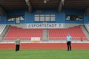 Die neuen Sitzschalen im Georg-Gaßmann-Stadion in den Farben der Universitätsstadt Marburg bieten fast 1500 Plätze. Stadträtin Kirsten Dinnebier und Fachdienstleiter Björn Backes freuen sich über den verbesserten Sitzkomfort.
