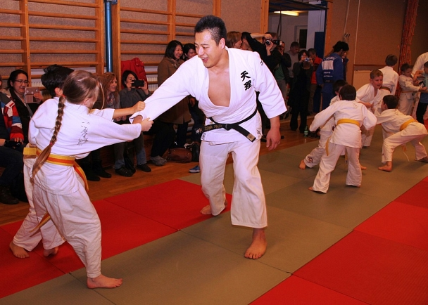 Weltmeister Takamaso Anai wollte beim Training mit dem Marburger Nachwuchs Spaß haben und hatte den offensichtlich auch.©Foto Stadt Marburg, i.A. Heiko Krause